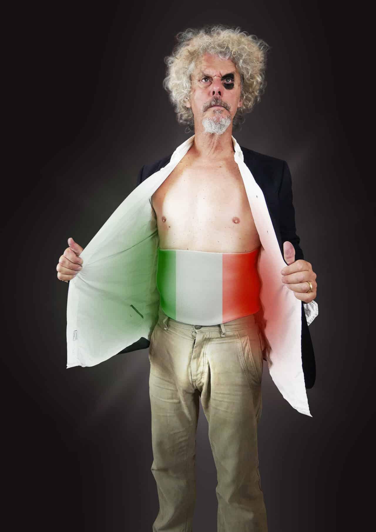 Paolo Migone torna al Teatro Manzoni con il suo nuovo spettacolo Italia di M…..are