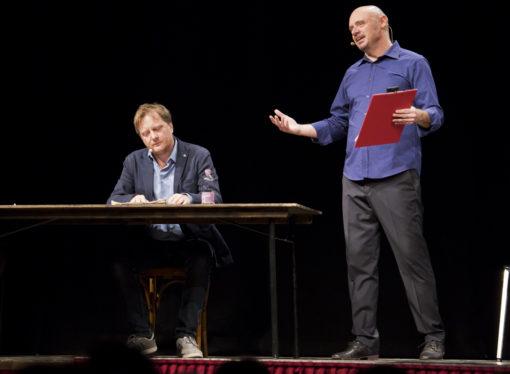 Al Teatro Manzoni di Milano  ritorna a grande richiesta  Platone, la caverna dell'informazione, con Leonardo Manera e  Alessandro Milan
