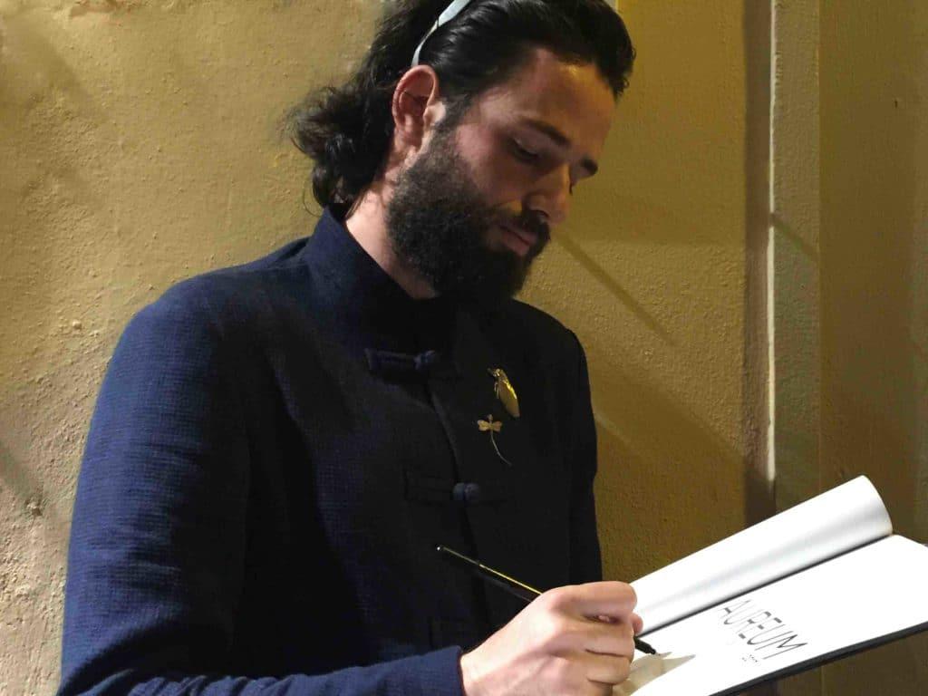 Paolo Dovichi firma un catalogo