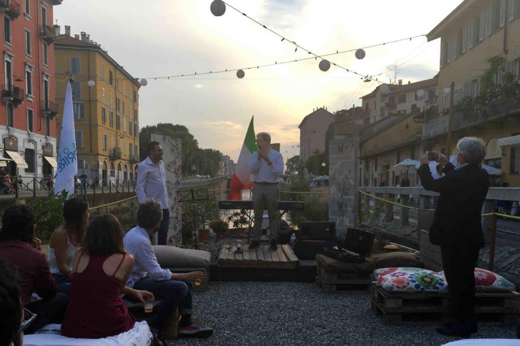 Roberto Biscardini sul palco, prima dell'inizio della musica sull'acqua.
