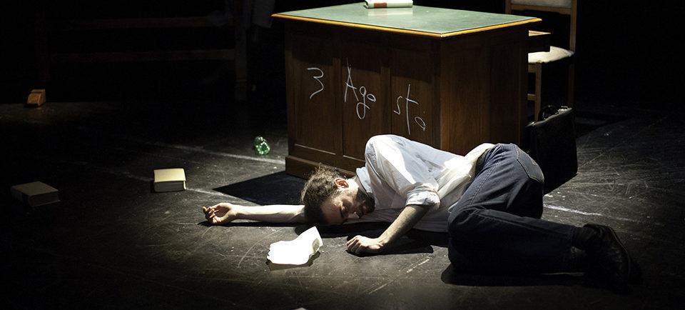 Fuori misura, un monologo sulle inadeguatezze dell'essere umano, in scena al Teatro Leonardo