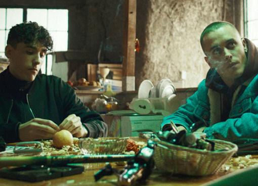 La terra dell'abbastanza, un film drammatico su due vite sconvolte dal dio denaro