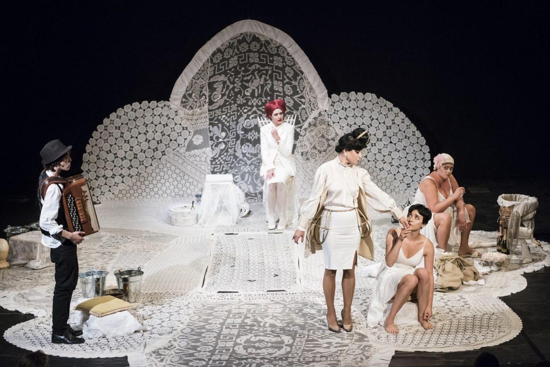 Al Teatro Carcano ironica versione rivisitata de Le Allegre Comari di Windsor