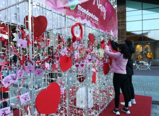 Mondovicino Outlet Village celebra San Valentino con cuori e lucchetti, dando anche spazio anche alla charity!