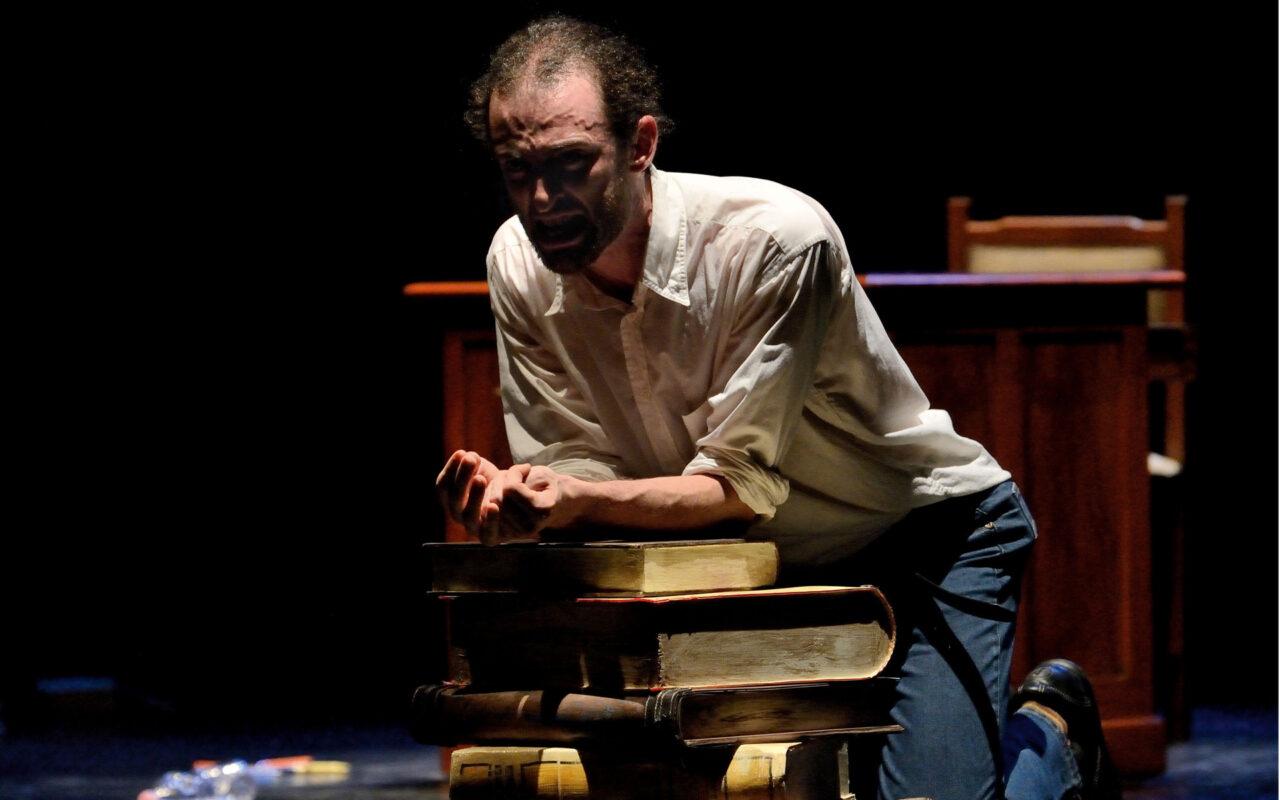 Fuori Misura, lo spettacolo in scena al Teatro Leonardo su Leopardi e le sue fragilità