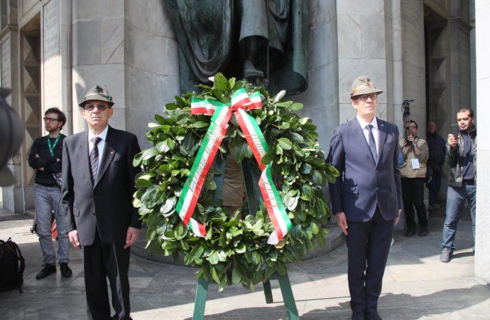 92a Adunata Nazionale degli Alpini: in piazza Duomo  a Milano solenne alzabandiera