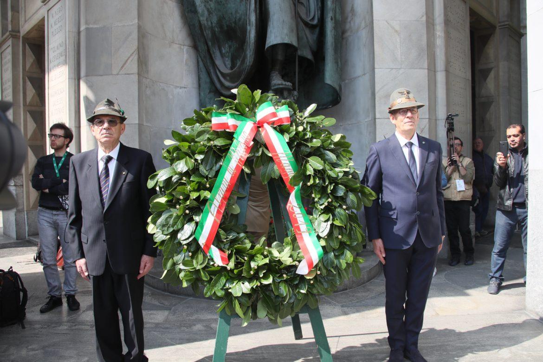 In piazza Duomo a Milano solenne alzabandiera per la 92aAdunata Nazionale degli Alpini